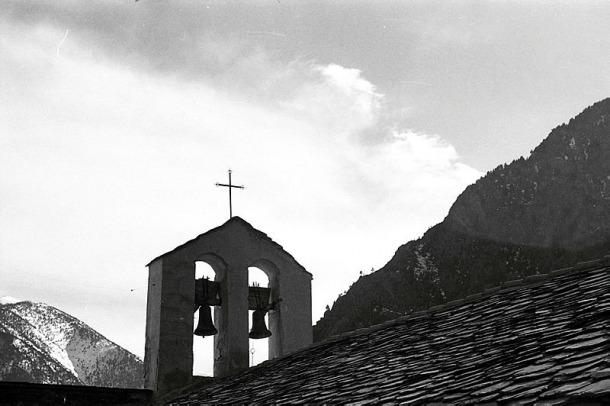 El campanar d'espadanya del santuari vell de Meritxell, el 1955, amb les seves dues campanes, i la matinada del 9 de setembre del 1972; avui només se'n conserva una.