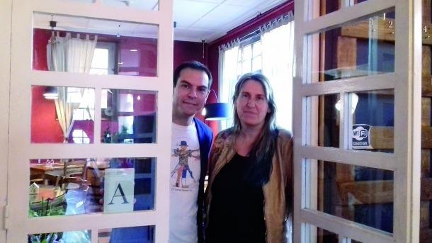 Lara i Porta, a l'hostal Palanques de la Massana, un dels escenaris per on transcorre el llibre.