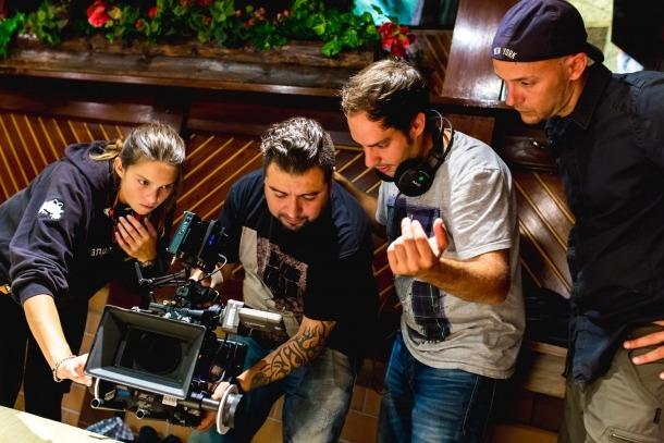 Hèctor Romance, amb els auriculars penjats, durant el rodatge d''Impacto', a AnyosPark.