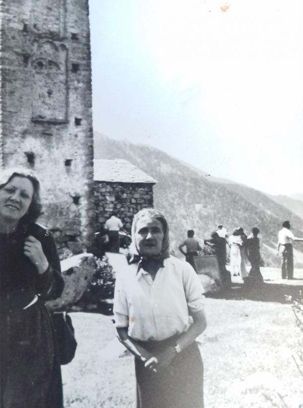 Sansy, a la dreta, amb Rosy, la script de 'Les hommes d'airain', l'estiu del1941 a Engolasters, en el rodatge de l'adaptació cinematogràfica de la novel·la.
