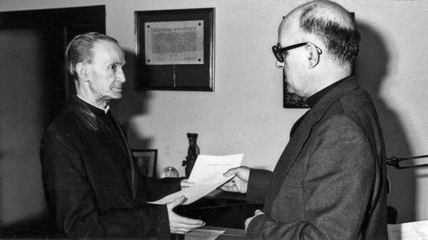 Mossèn Albert Vives i el bisbe Martí Alanis, als anys 80.