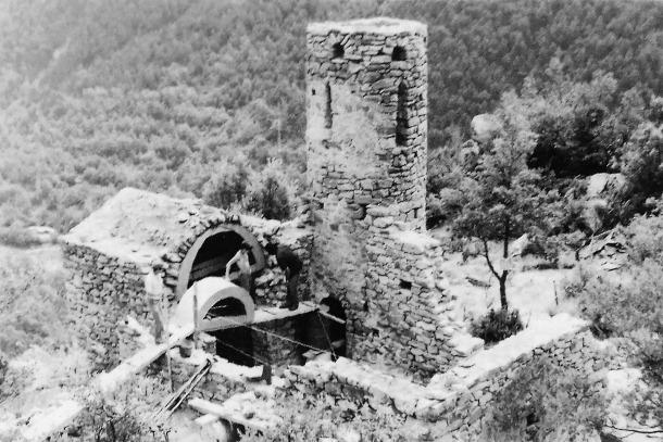 Reconstrucció de la nau de Sant Vicenç d'Enclar, durant la campanya del 1982: el campana ja s'havia completat.