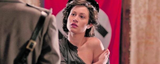 Aida Folch és la Sara de cal Riot: aquí gestiona un moment de tensió amb Hans, l'oficial nazi que al 'teaser' encarnava Isak Férriz.
