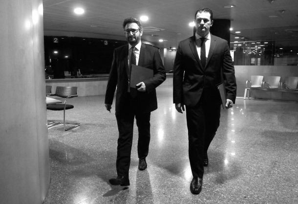 Els minstres Eric Jover i Jordi Gallardo es dirigeixen a la sala de premsa del Govern per explicar el paquet de mesures que entra aquest dilluns a tràmit parlamentari.
