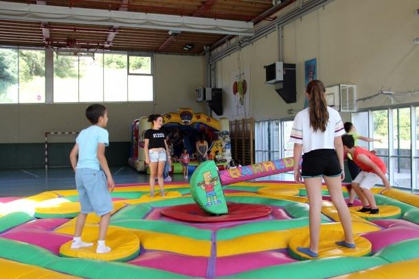 Alumnes de l'escola andorrana de la Massana gaudeixen de la festa per celebrar l'últim dia de curs.