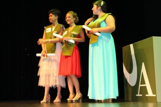Tres noves noves graduades, ja amb el diploma a la mà.