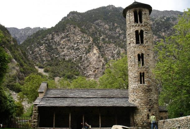 L'església de Santa Coloma, una de les estrelles del romànic nacional.