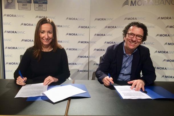 Gisela Villagordo, directora general adjunta de MoraBanc, i el gerent d'Andorra Turisme, Betim Budzaku, signen l'acord.