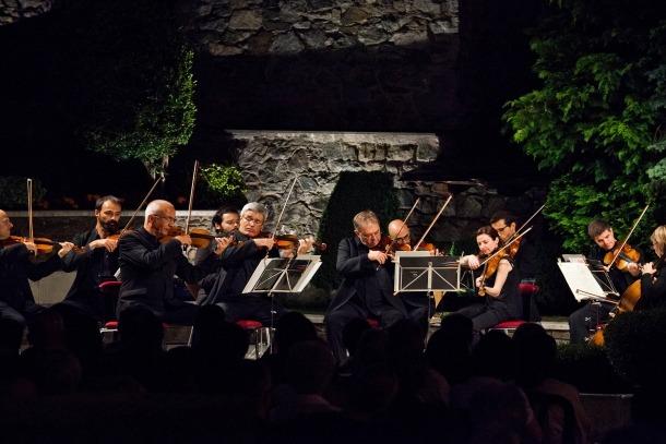 L'ONCA, als jardins de Casa de la Val, escenari habitual del concert d'estiu.