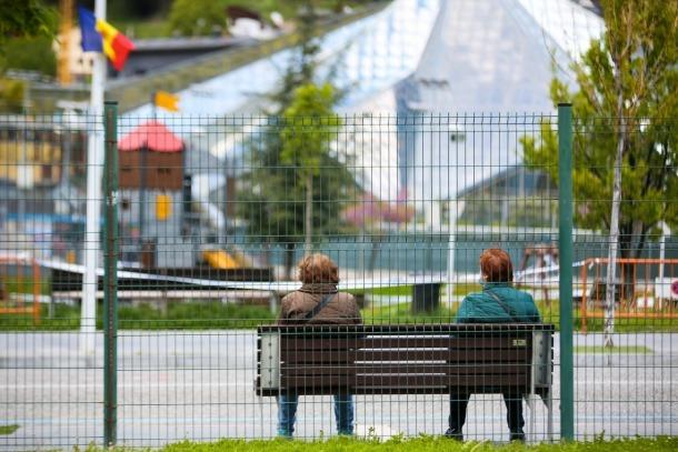 Dues dones assegudes a la zona del Prat Gran d'Escaldes.