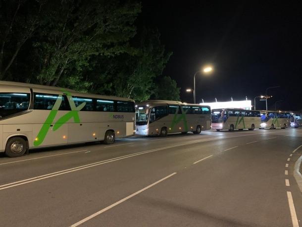 Part dels autobusos que formaven part de l'expedició que va sortir ahir a la nit cap a l'aerport de Madrid per traslladar-hi temporers argentins.