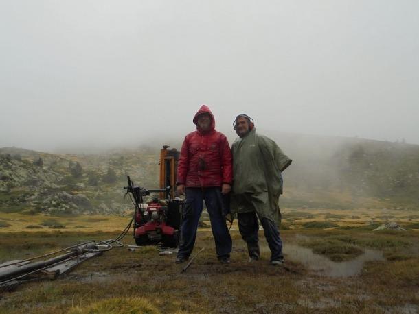 Valentí Turu i Xavier Ros a Laguna Grande. Van esquivar les restriccions de mobilitat per la pandèmia, però no els xàfecs ni el fred.