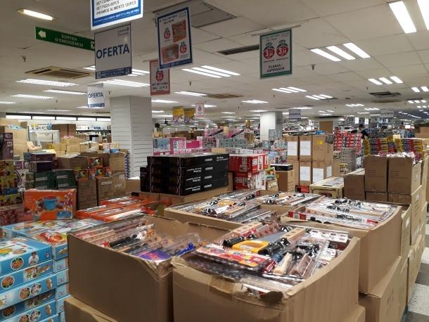Piles de caixes plenes de joguines en una imatge que es repeteix arreu del centre comercial.