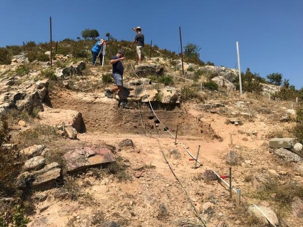 Els científics, treballant al jaciment d'Osca, en una imatge recollida a la revista 'Melanterita'.