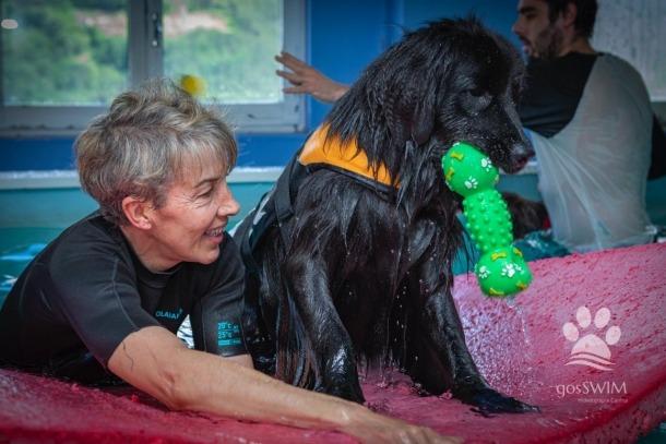 Sílvia Grau, que professionalment es dedica a l'ensinistrament i terapèutica de gossos, amb en Bubu.