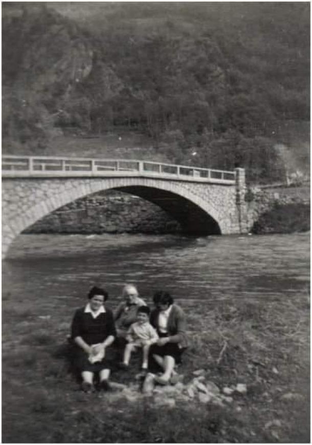 El desaparegut pont de Tobira, on les famílies anaven a passar la tarda a la fresca.