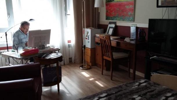 Francesc Galobardes ha reconvertit l'habitació on ha de romandre refugiat contra el virus en un estudi de pintor.