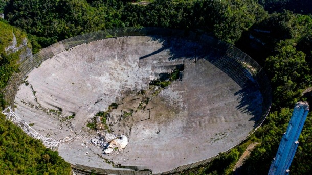 Les restes de l'antena d'Arecibo després del col·lapse de l'1 de desembre