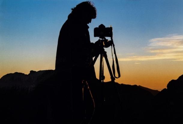 Autorretrat de Jaume Riba mentre fotografiava cussols.