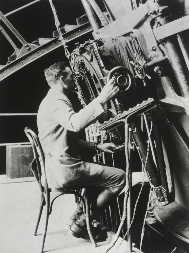 Edwin Hubble treballant al telescopi Hooker el 1922.
