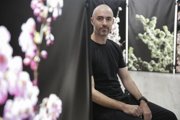 L'arquitecte i fotògraf amb les imatges de la sèrie 'Ikebana'.
