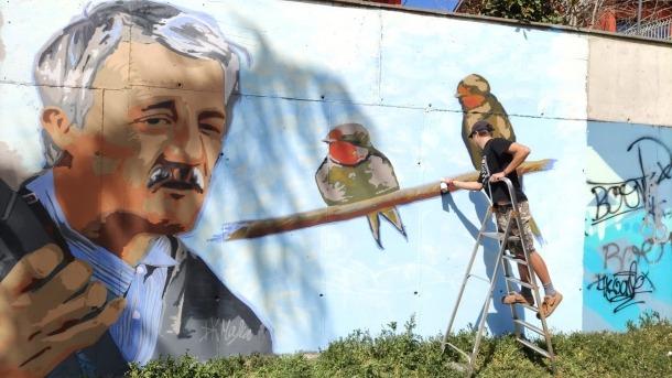 El jove alturgellenc, amb el mural dedicat a 'el Truqui'.