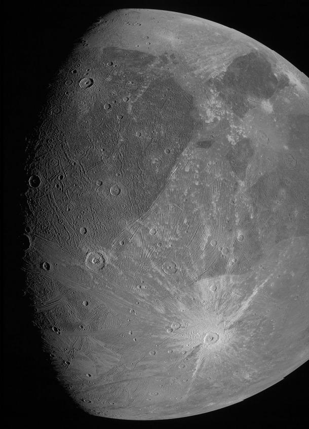 Vista de Ganimedes obtinguda per la Juno CAM, durant el sobrevol efectuat per la sonda dilluns passat.