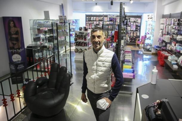 Robert Font a la seva botiga d'articles eròtics.