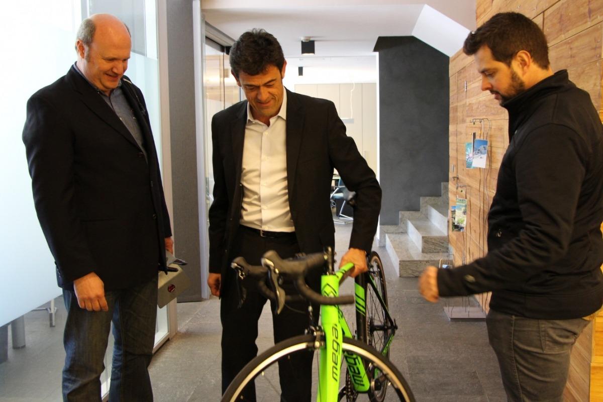 La marca Megamo cedeix una bici valorada en 1.500 euros per sortejar durant l'arribada del Tour Josep Àngel Mortés