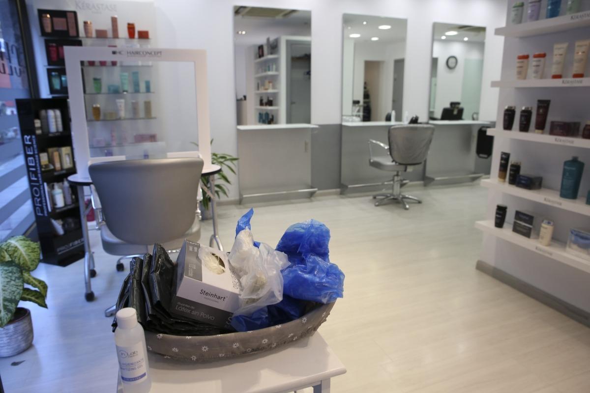 Mascaretes, guants, peücs i fel desinfectant a disposició dels clients.