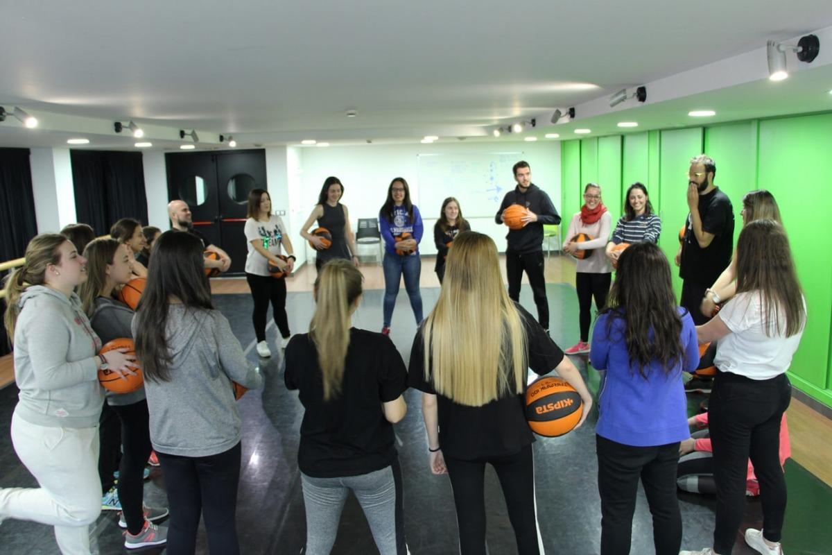 ANA/ Un moment de la sessió de Basket Beat amb estudiants de tercer del bàtxelor en ciències de l'educació de l'UdA.