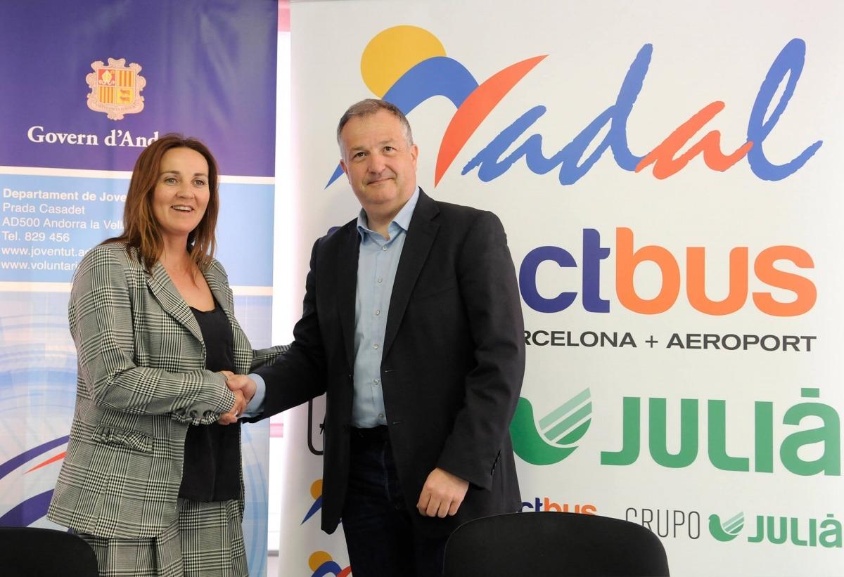 La ministra de Cultura, Joventut i Esports, Olga Gelabert, i el director d'Autocars Nadal Sau, Bartomeu Gabriel.
