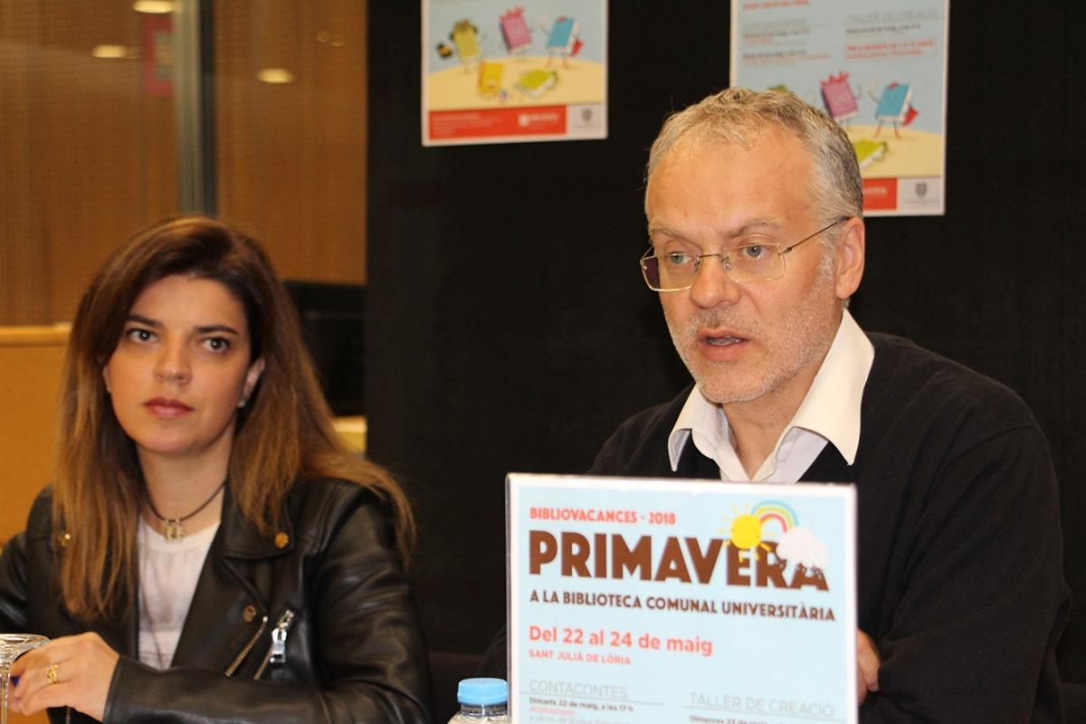 El conseller de cultura del Comú de Sant Julià de Lòria, Josep Roig, i la responsable de la biblioteca comunal universitària, Beth Gil.