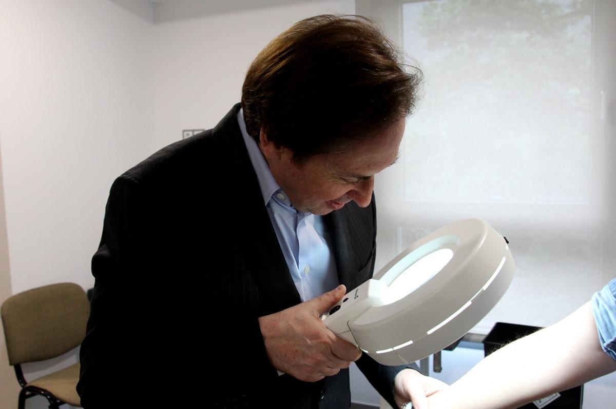 El doctor Francisco López Gil durant les revisions a l'escola Meritxell.