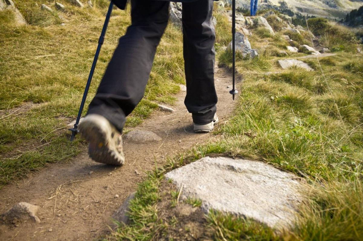 Una persona fent senderisme.