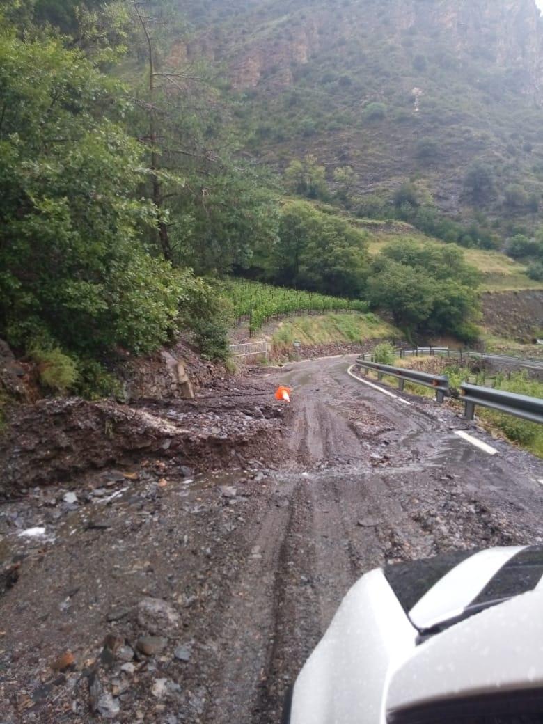 Una de les carreteres de Sant Julià de Lòria afectada per les pluges torrencials d'aquest dimarts.
