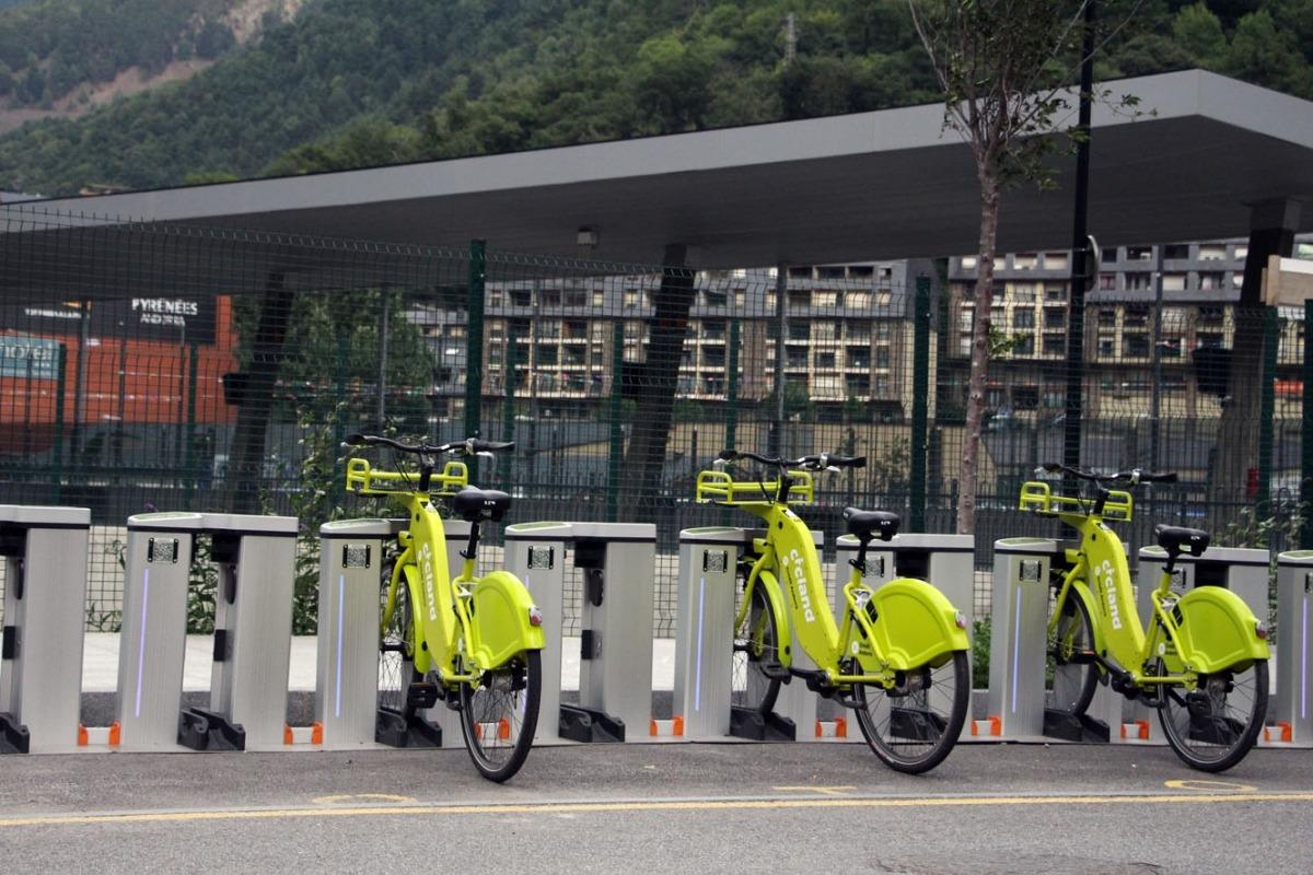 Parada del servei de bicicleta elèctrica compartida Cicland a l'Estació Nacional d'Autobusos.