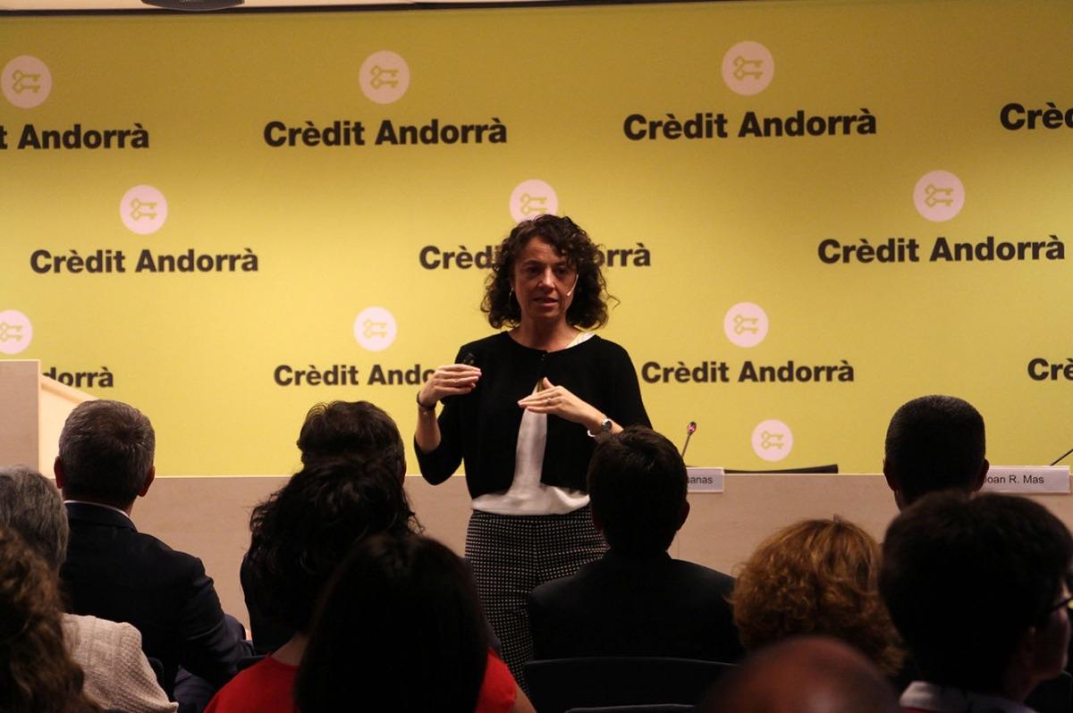 Núria Mas, durant la xerrada que ha ofert a Crèdit Andorrà.