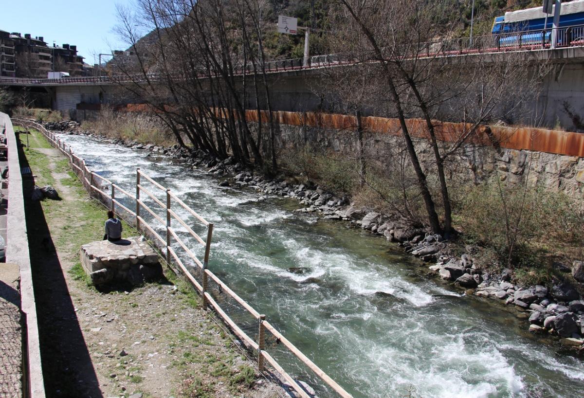 Un tram de l'actual passeig que passa pel costat del riu.