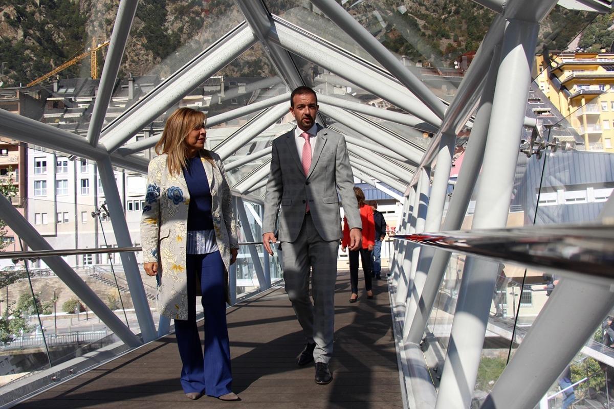La cònsol major d'Andorra la Vella, Conxita Marsol, i el ministre d'Ordenament Territorial, Jordi Torres, visiten el pas elevat en el dia de la inauguració.