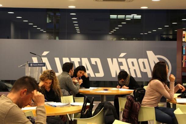 Estudiants al centre d'autoaprenentatge d'Escaldes-Engordany.