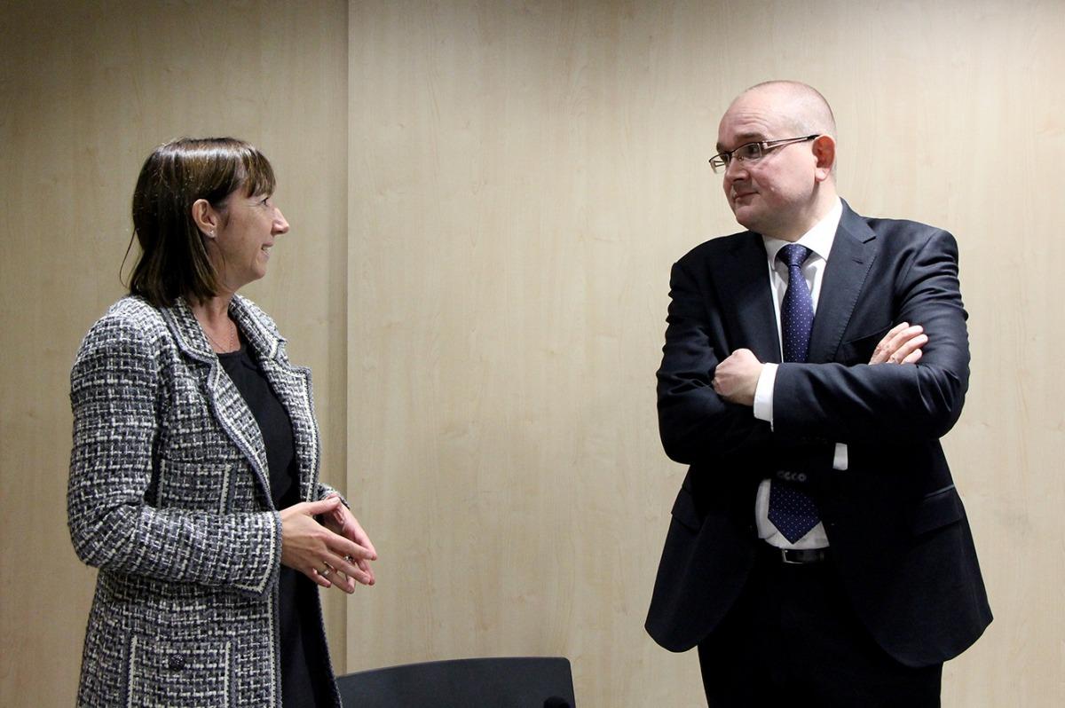 La ministra Eva Descarrega conversa amb l'ambaixador d'Estònia, Rasmus Lumi.