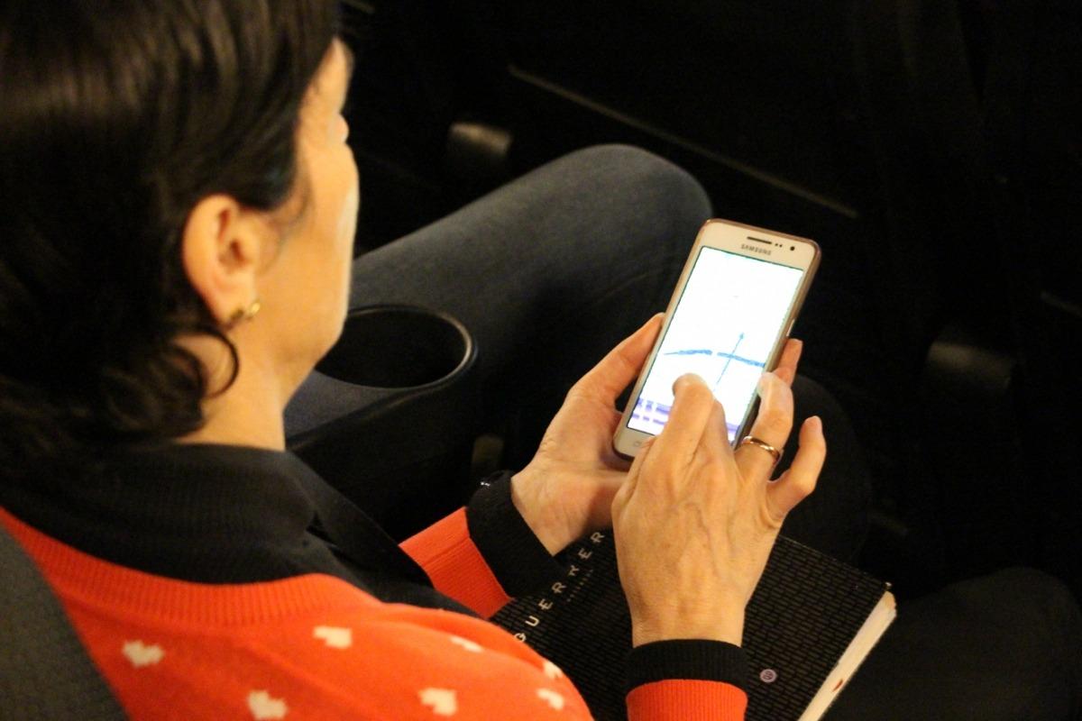 Una assistent interactuant amb la pantalla dels cinemes illa Carlemany, aquest dijous.