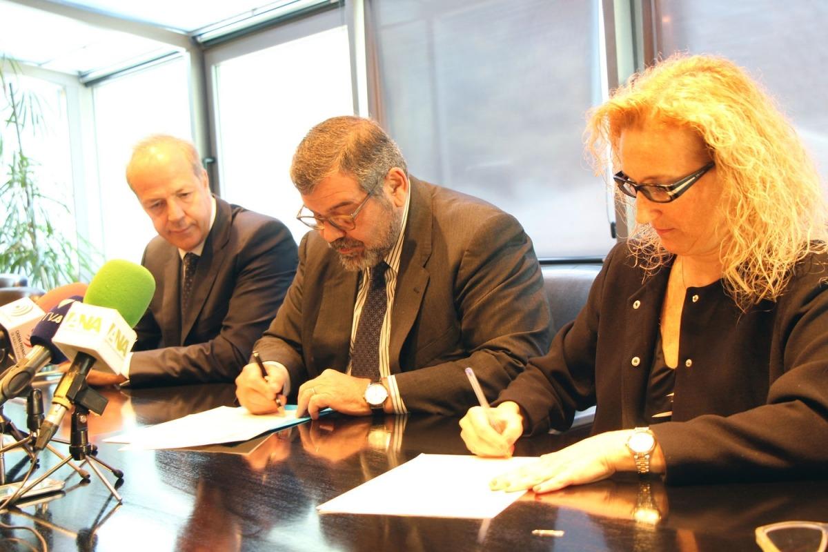 Els saigs Xavi Granyó i Lourdes Alonso, amb el president del consell d'administració de la CASS, Jean-Michel Rascagneres, signen un conveni.