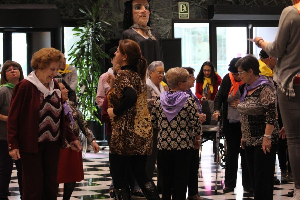 Els avis participen en una de les activitats del dia.