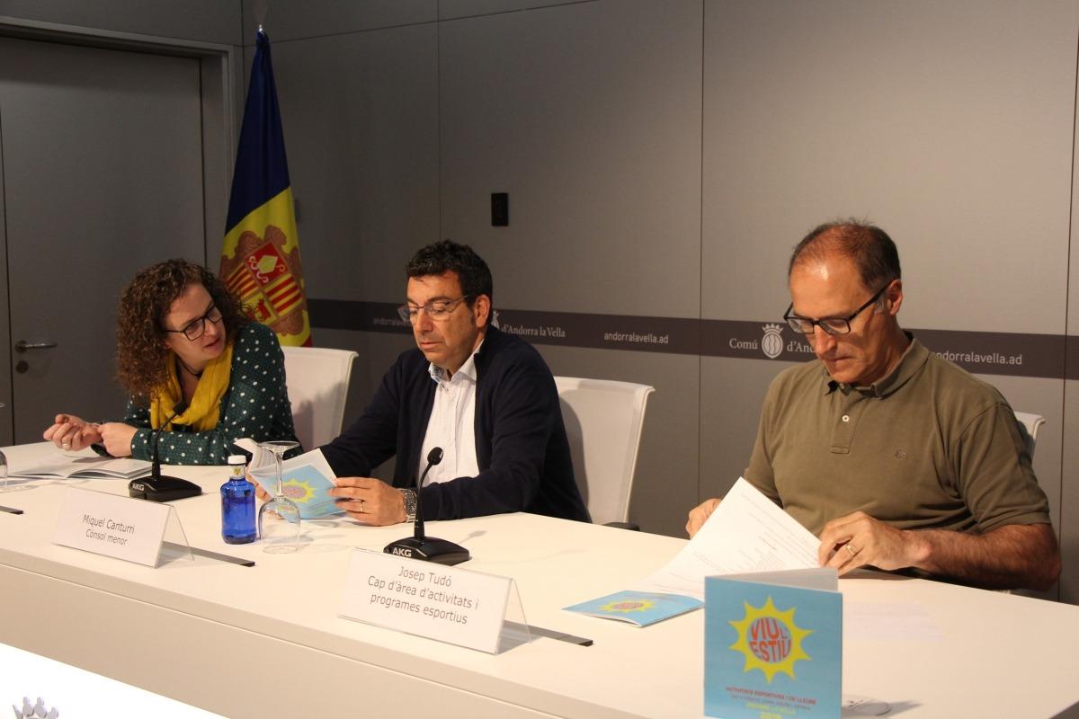 Montse Altimir, cap d'àrea de Socials; Miquel Canturri, cònsol menor d'Andorra la Vella, i Josep Tudó, cap d'àrea d'Activitats i Programes Esportius, en la roda de premsa d'aquest dilluns.