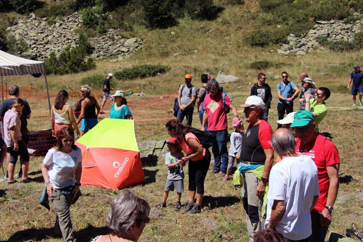 Muntanyencs amb màniga curta i suportant la calor durant la benedicció de bestiar de Sorteny, la setmana passada.