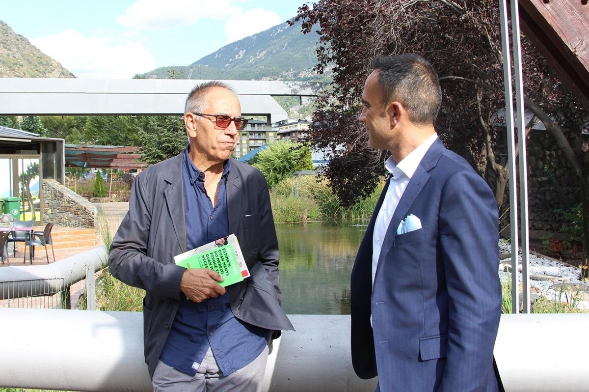 El conseller de Joventut, Participació Ciutadana i Esports d'Andorra la Vella, Alain Cabanes, i el psicòleg i educador Jaume Funes, conversen aquest dimarts a la tarda al Parc Central.