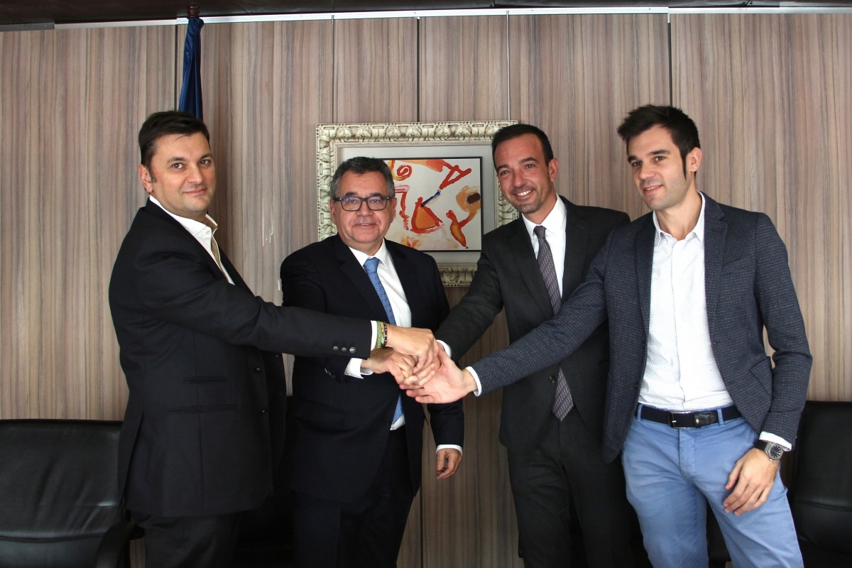 El ministre d'Ordenament Territorial, Jordi Torres, amb els representants de FEDA, Nord Andorrà SA i Mútua Elèctrica de Sant Julià de Lòria.