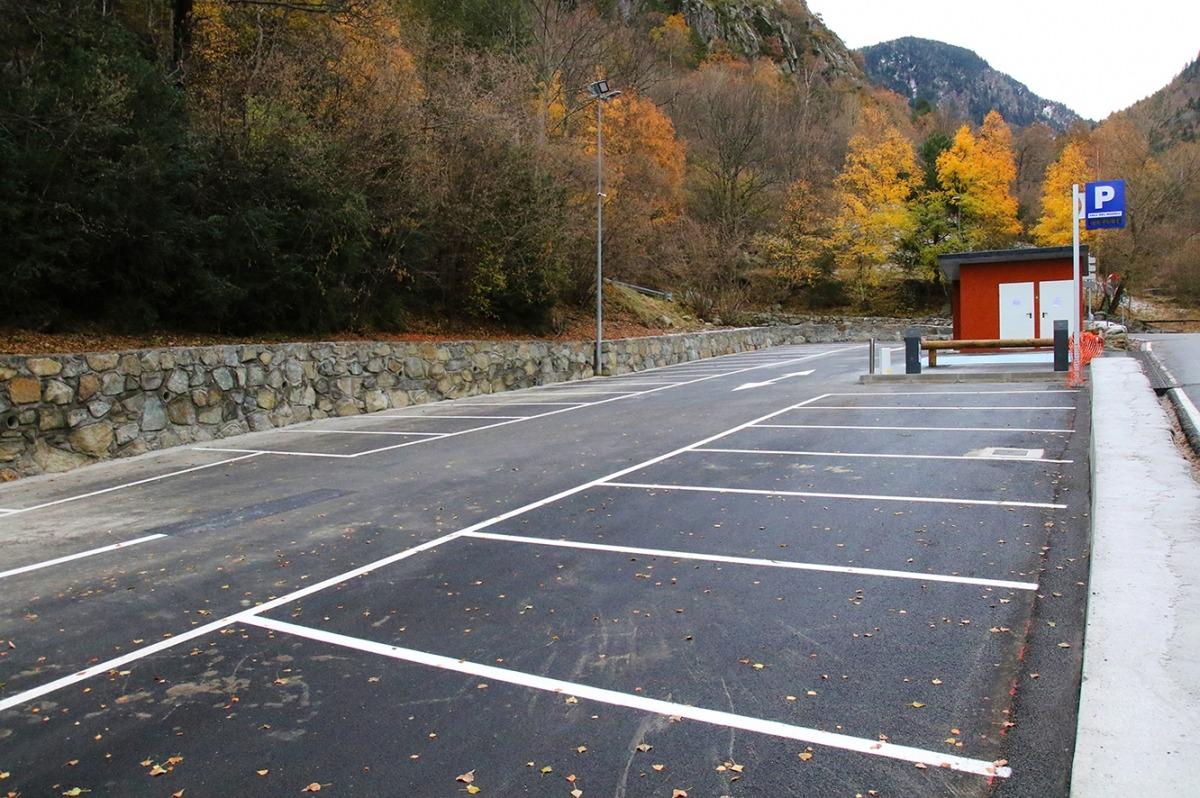 L'aparcament que es troba ubicat a l'entrada de la vall del Madriu.
